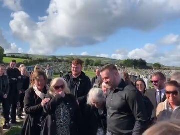 Un hombre graba una broma antes de morir para que sonase en su entierro