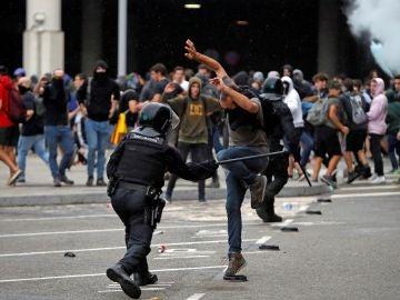 Los Mossos cargan contra los manifestantes en el Aeropuerto del Prat