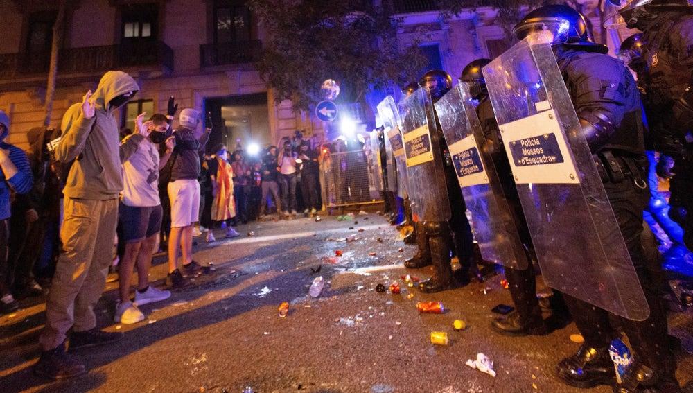 La policía, junto a los manifestantes, protege la Delegación del Gobierno de Barcelona