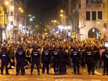 Antidisturbios frente a los manifestantes en la Via Laietana de Barcelona