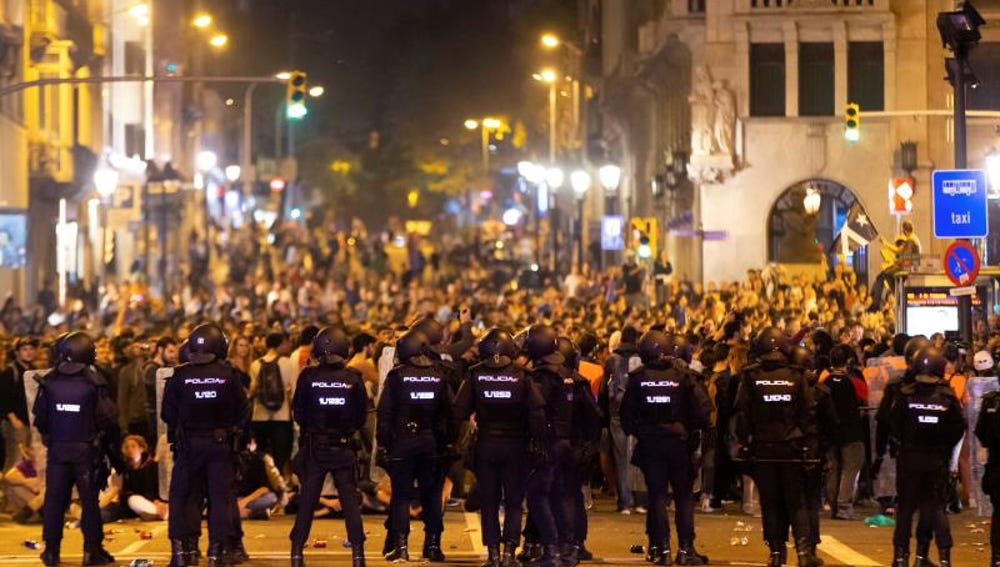 Policías antidisturbios frente a los manifestantes concentrados en la Via Laietana de Barcelona