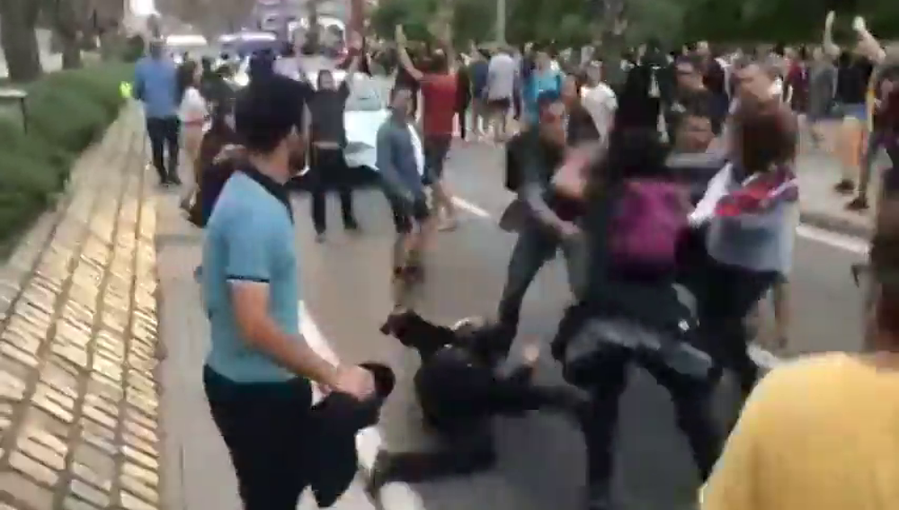 Un guardia civil de paisano salva a una mosso acorralada de una paliza los CDR en Barcelona