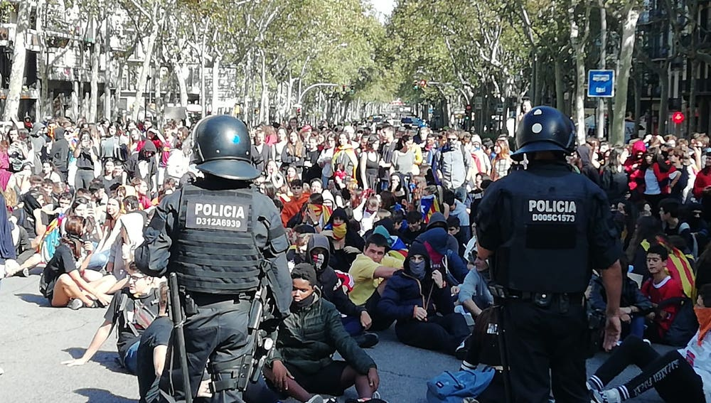 Un grupo de manifestantes independentistas protagonizan una sentada frente a la Policía Nacional en Barcelona