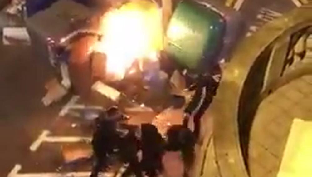 Agresión a un hombre que intentaba apagar una barricada