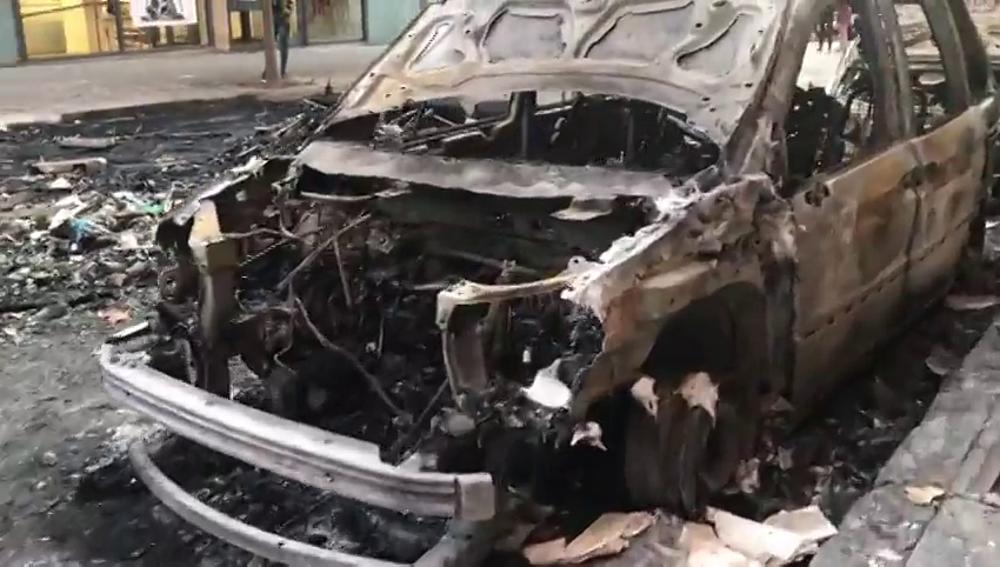 La imagen de la destrucción en Barcelona: decenas de coches calcinados tras la batalla campal