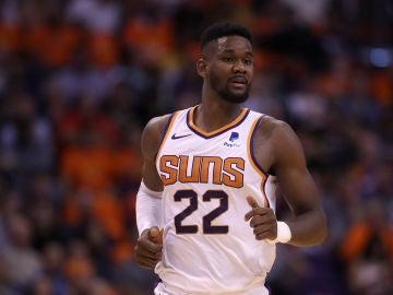 DeAndre Ayton, durante un partido con los Suns