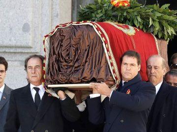 Luis Alfonso de Borbón, portando el féretro de Franco a la salida del Valle de los Caídos