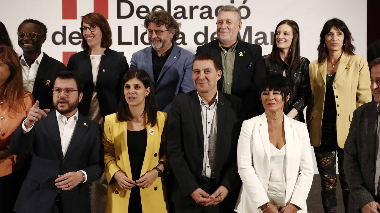 Los dirigentes de EH Bidu junto con el vicepresidente del Govern, Pere Aragonès y la dirigente de ERC