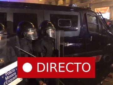 Manifestación de Barcelona de hoy: Un grupo de manifestantes acorrala a los Mossos en Via Laietana EN DIRECTO