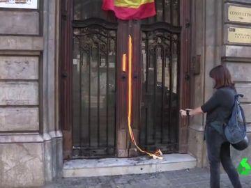 Colocan una bandera española y queman la puerta de la sede de Òmnium en Barcelona