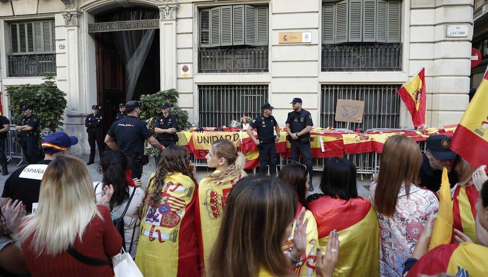 Varios cientos de personas se han concentrado frente a la Jefatura Superior de Policía de Barcelona