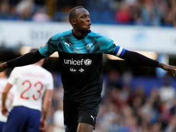 Usain Bolt, celebrando un gol en un partido benéfico