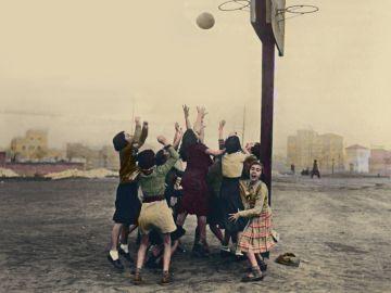 Alumnas del Instituto-Escuela en los altos del Hipódromo de Madrid (hoy, Ramiro de Maeztu) jugando al baloncesto en 1933