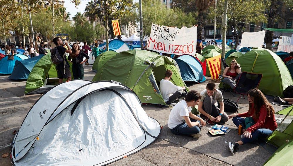 Universitarios continúan acampados en la plaza de la Universidad de Barcelona