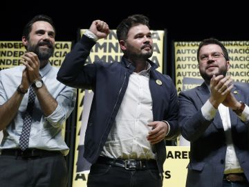 El cabeza de lista al Congreso por ERC, Gabriel Rufián (c), junto al vicepresidente de la Generalitat, Pere Aragonés (d), y el presidente del Parlament de Cataluña, Roger Torrent (i), durante el acto de inicio de campaña para las elecciones generales en Barcelona.