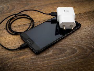Imagen de un teléfono móvil cargando