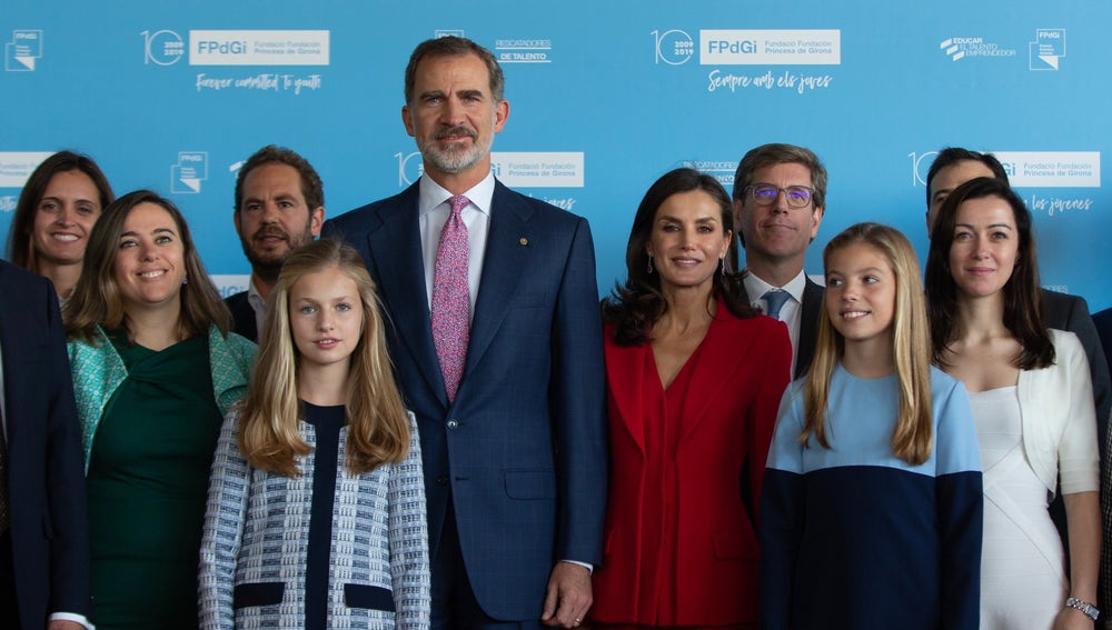 Los reyes, la princesa Leonor y la infanta Sofía posan en los Premios Princesa de Girona