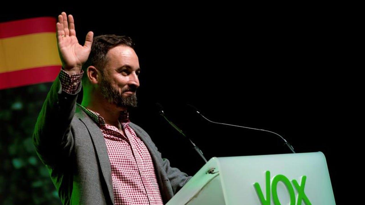 El líder de Vox, Santiago Abascal, durante su intervención en el acto de inicio de campaña para las elecciones generales que su partido celebra esta noche en L'Hospitalet (Barcelona)