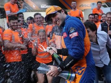 Carlos Sainz celebra su tercer puesto en Brasil