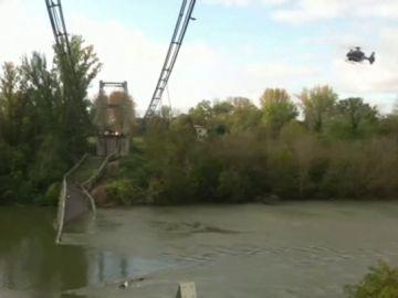 Un muerto y varios desaparecidos al colapsar un puente colgante sobre el río Tarn