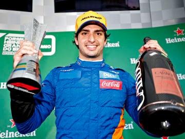 Carlos Sainz celebra su podio en Brasil
