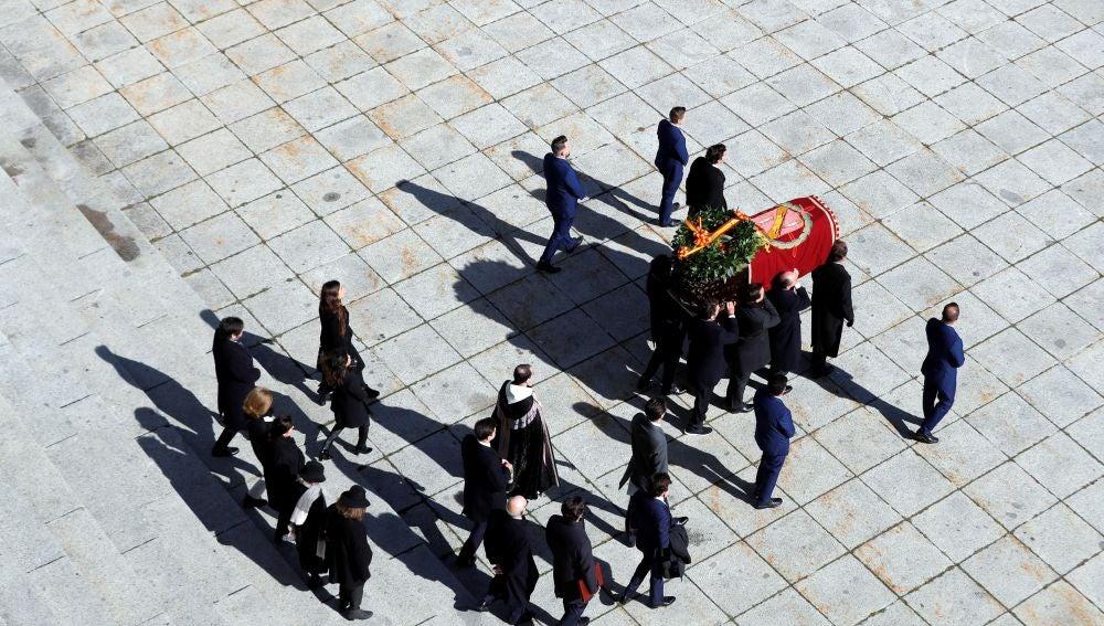 La familia Franco sacando los restos del dictador del Valle de los Caídos