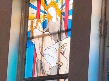 La vidirera de una iglesia que ha revolucionado a las mentes más sucias