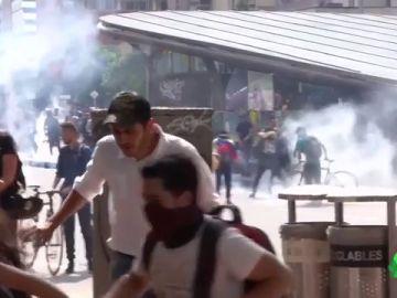 Un joven se encuentra en coma inducido tras impactar en su cara una bomba de gas lacrimógeno en Colombia