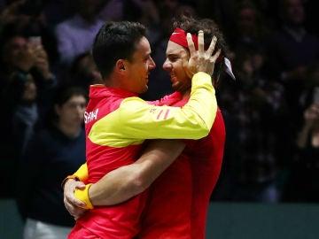 Rafa Nadal se abraza a Roberto Bautista