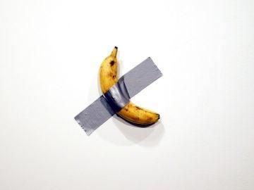 Imagen del plátano pegado a la pared con cinta aislante