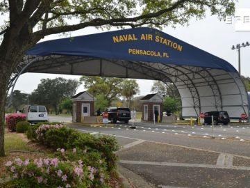 Fotografía de archivo cedida por la oficina de información de la Marina que muestra la entrada principal de la base aeronaval en Pensacola