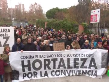 Concentración de los vecinos de Hortaleza, en Madrid, en contra del racismo y por la convivencia