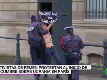 Activistas de Femen protestan al grito de 'Parad la guerra de Putin' al inicio de la cumbre sobre Ucrania
