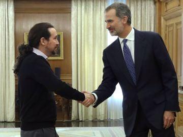 Felipe VI saluda a Pablo Iglesias a su llegada a Zarzuela para su reunión en la ronda de consultas