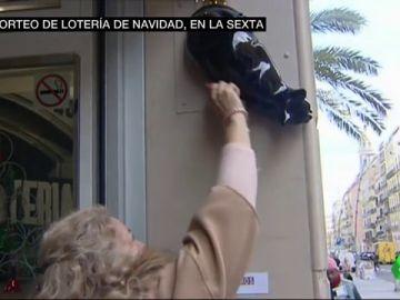 Frotar los décimos en un gato negro o guardarlos sin mirar el número: las manías de los españoles con la Lotería de Navidad