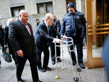 Harvey Weinstein, entrando en andador a los juzgados