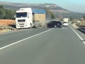 El momento en el que un vehículo invade el sentido contrario e impacta contra un camión en Antequera