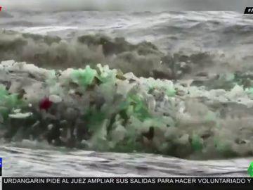 Impresionante imagen de las olas de basura en las playas de Durban, Sudáfrica