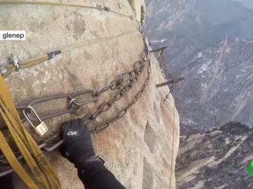 Así es el sendero más peligroso del mundo: 1.500 metros de caída... y lleno de turistas