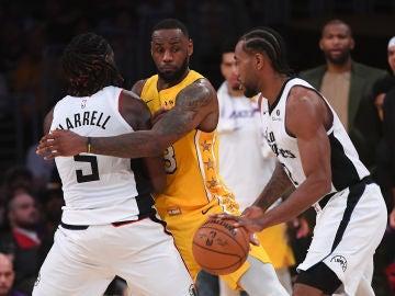 Leonard intenta librarse de la defensa de LeBron James