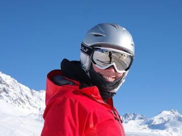 Una mujer esquiando