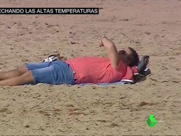 Un hombre tomando el sol en la playa