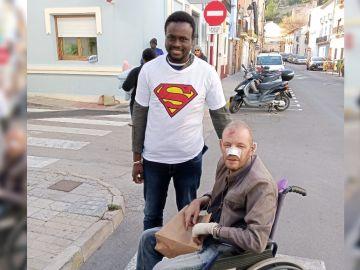 Gorgui Lamine junto al hombre que rescató