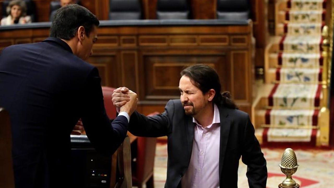 Iglesias saluda a Pedro Sánchez.