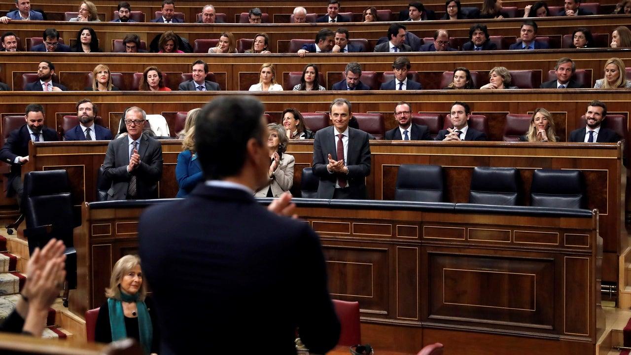 Pedro Sánchez, de espaldas durante su sesión de investidura