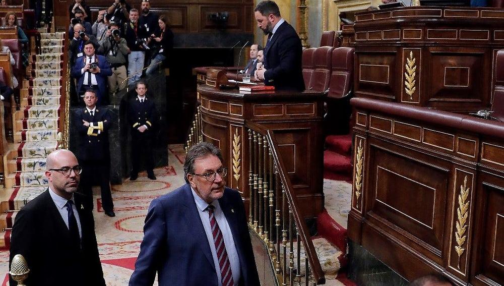 El presidente de Vox, Santiago Abascal, interviene ante el pleno mientras varios diputados abandonan el hemiciclo del Congreso