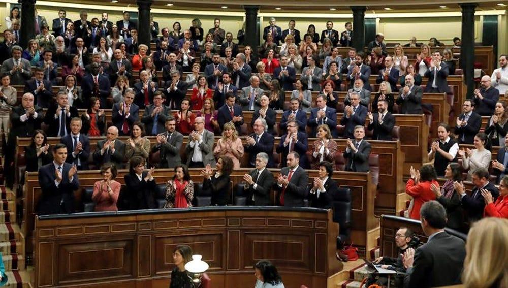 Pedro Sánchez recibe el aplauso de sus compañeros de partido