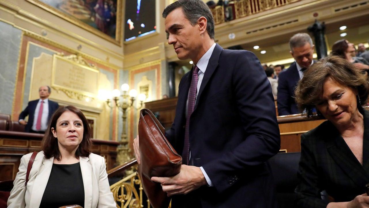 Pedro Sánchez, junto a su vicepresidenta Carmen Calvo (d) y la portavoz del PSOE, Adriana Lastra (i)
