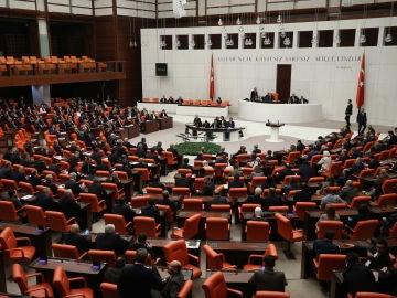 Miembros del parlamento turco asisten a una reunión extraordinaria en la Gran Asamblea Nacional de Turquía