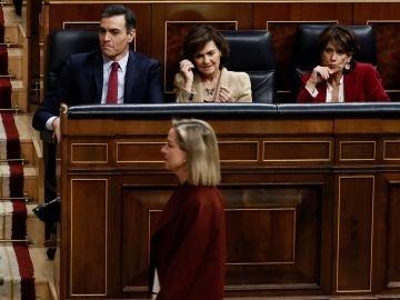 La diputada de CC Ana Oramas pasa ante el candidato socialista a la Presidencia del Gobierno